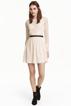 Lace dress: Short dress in lace and embroidered mesh with hemstitch embroidery, long sleeves, an opening with a button at the back of the neck, a seam at the waist and flared skirt. Jersey lining.