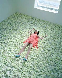 Photographie - mise en scène. Izima Kaoru. Pas envie de bouger. #allongée #posée http://vonlintel.com/Izima-Kaoru.html