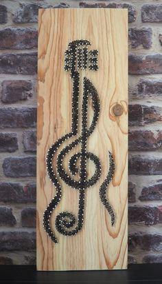 Une magnifique guitare au design moderne et noire, réalisée avec la technique du string art ou encore du fil tendu. Elle est sur un support bois de taille 20/58, bois naturel, des pointes en acier poli et du fil pour crochet noir.
