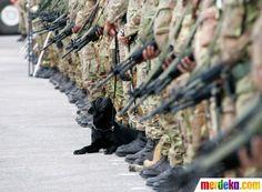 Seekor anjing mengikuti upacara militer bersama prajurit tentara perdamaian PBB di Shamaa, Lebanon.