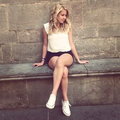 Black & white outfit in Barcelona - crossed legs
