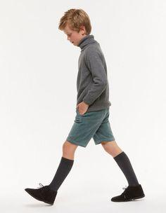Chino corto pana verde claro Boys Uniforms, Boy Models, China, School Boy, Chino Shorts, Boy Fashion, Corduroy, Boy Or Girl, Trousers