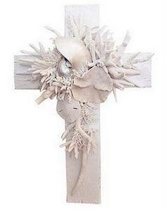 cruz con adornos marinos