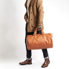 The Substantial duffle bag in tan leather: the perfect color for your fall wardrobe. Day Bag, Medium Bags, Fall Wardrobe, Travel Bag, Tan Leather, Autumn Fashion, Leather Backpacks, Stylish, Color