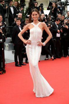 Izabel Goulart monte les marches à Cannes le 21 mai