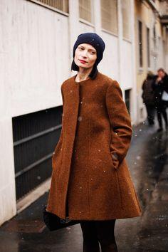 Fotos de street style en Milan Fashion Week: Gorrito de lana y abrigo de corte naive