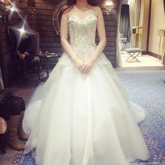 fitting pic これはMarchesa この前のMoniqueLhuillerと 似てるけど違うんだよぉっ トレーンが長くて素敵だった う〜ん。。。迷うっ笑  #weddingdress #wedding#Marchesa#マルケーザ#ドレス#トリートドレッシング#ウエディングドレス#早く運命のドレスに出逢いたい