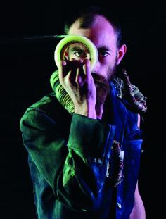 Yorga, artiste plasticien-performeur. Chaque réalisation est spécifiquement créée pour un événement, inscrite dans l'instant et l'atmosphère des lieux.