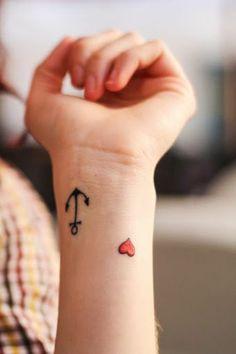kleine handgelenk tattoo ideen anker herz motive trends