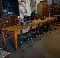 Zeer lange houten  tafel, afkomstig uit Frankrijk, stamtafel.