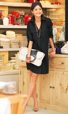 classic. chic. Love the oversized clutch. Robe chemise