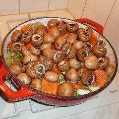 Chantals stoofpotje met rundvlees @ allrecipes.nlEen complete stoofpot met rundvlees, aardappelen en groente. Lekker makkelijk, want bereid in de slowcooker, maar uiteraard ook in een braadpan op het vuur te maken. Erg gezond, want er wordt geen vet toegevoegd.
