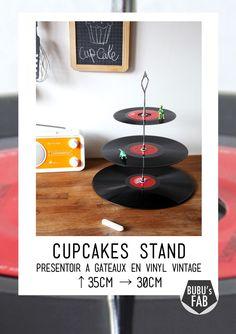 Ce serviteur en vinyls vintage de récup est idéal en déco rétro ou pour présenter ses petits gâteaux et pâtisseries.   Cupcake stand by bubu's fab. Vive L'upcycling !