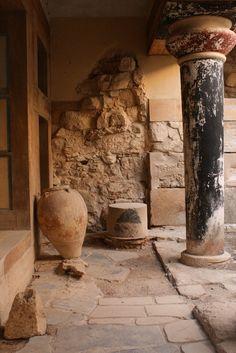 Knossos, Crete columns and vase