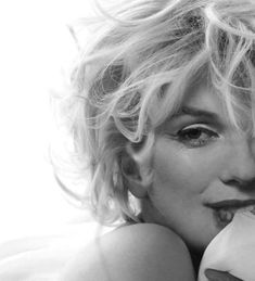 Marilyn Monroe in black and white. - - Marilyn Monroe in black and white. Estilo Marilyn Monroe, Marilyn Monroe Kunst, Marilyn Monroe Artwork, Marylin Monroe Pictures, Marilyn Monroe Hair, Marilyn Monroe Portrait, Foto Face, Stars D'hollywood, Foto Top