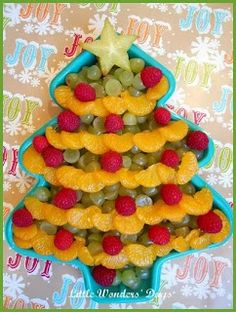 Christmas tree fruit tray - looks like you put the fruit in a cake pan - cute idea for taking to a party!  #healthy #snack