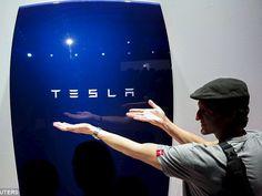 """Morgan Stanley ya indicó el año pasado que el producto de almacenamiento de energía de Tesla podría ser """"perjudicial"""" tanto en los EE.UU. como en Europa ya que los clientes buscan evitar los honorarios de servicios públicos de suministro quedándose """"fuera de la red""""."""