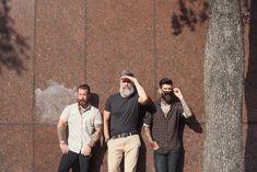 Drei Herren mit Bart, Casual Look, Hemden mit kurzen Ärmeln und schicke Hosen
