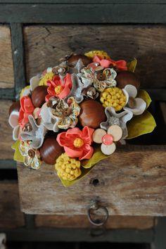 bouquet mariée automne, marron, corail jaune, bois, tissus. www.inbloomforyou.com