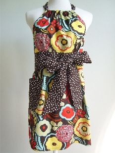 I love this diy apron. Great high neckline, cute bow, side pocket, snazzy pattern. Yup, I love it all.
