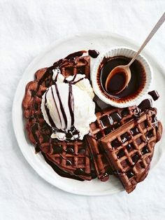 Chocolate waffles for breakfast? Chocolate waffles for breakfast? Think Food, I Love Food, Good Food, Yummy Food, Chocolate Waffles, Chocolate Syrup, Dessert Chocolate, Chocolate Coffee, Delicious Chocolate