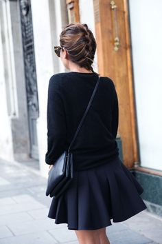 Street style | Black sweater, large pleats on black skirt and fitting handbag