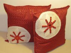 ciao a tutti questi cuscini li ho realizzati con stoffa,perline,gomitolo di lana rosso e i centrini li ho recuperati in un mercatino e già che siamo in tema natalizio credo che si abbina molto bene