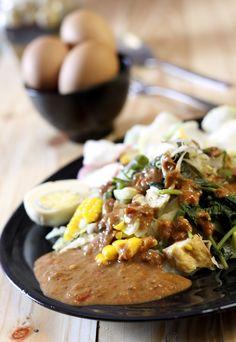 Indonesian food - Gado-gado. One of my fav. So healthy mixed vegies and nut sauce :G
