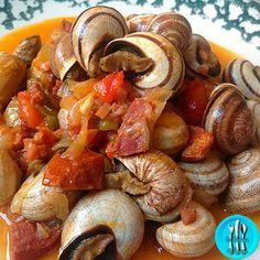 Caracoles caseros Snails Recipe, Healthy Drinks, Healthy Recipes, Pretzel Bites, Allrecipes, Sausage, Seafood, Food And Drink, Appetizers