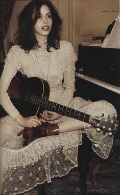 Charlotte Kemp Muhl (The Ghost of a Saber Tooth Tiger) Pretty People, Beautiful People, Kemp Muhl, Alena Blohm, Look Retro, Guitar Girl, Riot Grrrl, The Villain, Looks Vintage