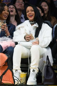 """Rihanna looks fierce in an all-white ensemble while attending the Lakers game held at the Staples Center on Sunday (March in Los Angeles. The """"Work"""" entertainer sat courtside as she watched the home team beat the Golden State Warriors Moda Rihanna, Rihanna Fenty, Rihanna Makeup, Looks Rihanna, Rihanna Style, Nba, Baskets, Rihanna Outfits, Bad Gal"""