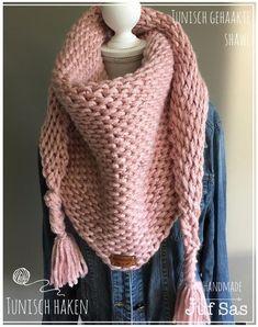 Na mijn eerst grijs/okergele tonisch gehaakte sjaal, leek het me leuk om te proberen dit in een nog grovere versie te haken. Ik had nog roze XL wol van de Acti Crochet Shawls And Wraps, Crochet Scarves, Crochet Clothes, Diy Clothes And Shoes, Make Your Own Clothes, Tunisian Crochet, Knit Crochet, Crochet Hats, Hat And Scarf Sets