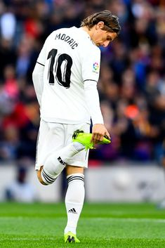 Real Madrid's Croatian midfielder Luka Modric looks at his shoe during the Spanish league football match between FC Barcelona and Real Madrid CF at the Camp Nou stadium in Barcelona on October Get premium, high resolution news photos at Getty Images Christano Ronaldo, Ronaldo Juventus, Cristiano Ronaldo Lionel Messi, Neymar, Football Match, Football Boys, Football Players, Camp Nou, Real Madrid Atletico