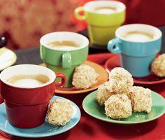 Underbart delikata kokostryfflar som du gör genom att forma små bollar av smält, vit choklad, vispgrädde och ingefära som fått stelna några timmar. Rulla sedan tryffelbollarna i krispig, rostad kokos före du serverar dem.