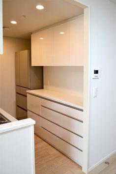 食器棚 サイズ:W1622×D320・450×H2300 家具本体税抜き価格:¥409,000.- カウンタートップ:ポストフォームカウンター(KLA形状)K-6000KN 主な仕上げ:メラミン化粧板 K-6000KM 金物:ソフトクローズレール・スライドレール・スライド蝶番・耐震ラッチ・棚受けダボ