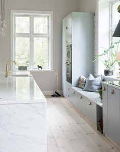 √ Scandinavian Kitchen Design For Your Lovely Home - Boxer JAM Home Interior, Kitchen Interior, New Kitchen, Kitchen Design, Kitchen Yellow, Brass Kitchen, Kitchen Walls, Kitchen Shop, Black Kitchens