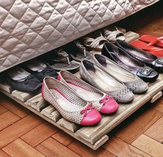 Um pallet + rodízios criam uma sapateira fácil de ser acessada bem debaixo da sua cama.