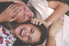 Espectativa:Ow são duas amigas rindo . Realidade:Anna para de me fazer cosquinhas m**** não aguento mais...¨¬¬