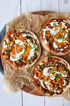 Tortilla pizza med taco bbq oksekød 😍😍 Link i profil ❤ Burger Recipes, Gourmet Recipes, Mexican Food Recipes, Vegetarian Recipes, Healthy Recipes, Ethnic Recipes, Tortilla Pizza, Food Crush, Yummy Eats