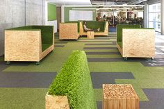 Het 'groen' in het kantoorinterieur hoeft niet altijd levend groen te zijn. Ook het gebruik van kunstgras en groene vloerbedekking kan helpen het interieur vriendelijker te maken.