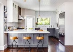 (2/2) This small cottage in California's Napa Valley sitting at under 800 sq ft may be small in size but is big in style. The home was designed by Lindsay Chambers an interior designer that works in the Los Angeles and San Fransisco area. Inside is a stunning modern style that makes the home feel bigger than it is. The home was also featured on HGTV's Fresh Faces of Design Awards in 2015! Stay tuned tomorrow for more pictures the interior is amazing!  Tag someone who NEEDS this kitchen…