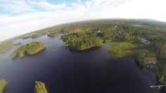 Unser großes Ferienhaus liegt für sich alleine in einem kleinen Dorf namens Nornäs. Da es auf einem kleinen Hügel mit eigener Auffahrt liegt, ist man dort wirklich ungestört. Ein kleiner Pfad führt die ca. 150m runter zum See, an dem unser Boot liegt, das Sie für Ihren Urlaub nutzen können. www.ekstroem.beepworld.de