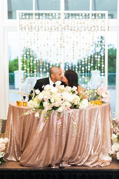 Sigh! Could this sweetheart table be any more perfect with those rose gold sequin linens and fresh flowers? {@candicebenjamin}
