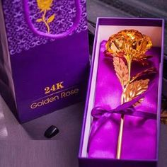 These high-quality, Everlasting Gold Roses are absolutely gorgeous. The real rose preserved and hand-dipped in gold. Purple Wedding Tables, Wedding Flower Decorations, Napkin Folding, Led Licht, Wedding Table Settings, Love Symbols, Purple Roses, Diy Crafts Videos, Beautiful Roses