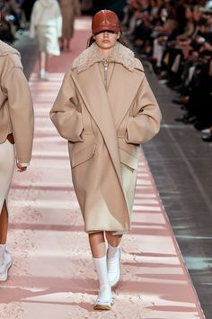 Sportmax Fall 2019 Ready-to-Wear Fashion Show - Vogue Fashion Milan, Fashion 2020, Fashion Week, Runway Fashion, Tactical Wear, Edgy Dress, Vogue Russia, Mode Outfits, Fashion Outfits