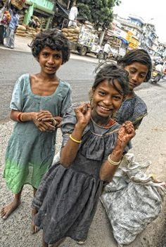 Girls on the streets of Jaipur.  PRECIOUS, beautiful girls. Don't you just want to feed and hug these little ones?