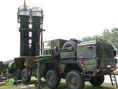 The Patriot is a surface-to-air missile (SAM) system used by the US Army. Future Weapons, Army Vehicles, Armored Vehicles, United States Army, Military Equipment, Trucks, Panzer, Firearms, Lineman