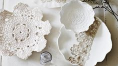 DIY lace-printed plates via Homelife.