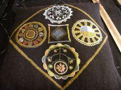 Rekipeitto vaiheessa 5 | Leenan käsityöt Wool Embroidery, Cross Stitch Embroidery, Cross Stitches, Heart Mirror, Beautiful Patterns, Paisley, Brooch, Knitting, Crochet