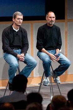ティム・クック氏(左)とスティーブ・ジョブズ氏(2007年)